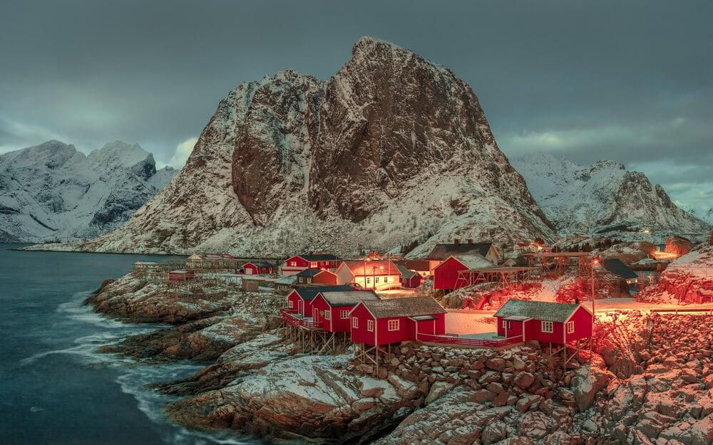 aldeia norueguesa ao fim da tarde