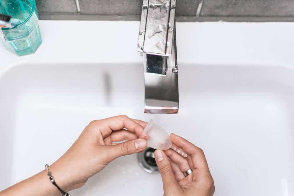 lavar copo menstrual em viagem