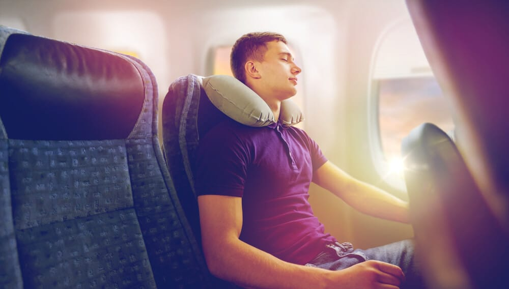 homem com almofada insuflavel num aviao