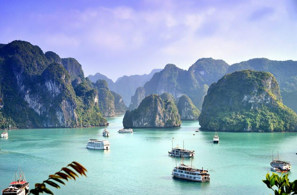 barcos na baia de halong no vietname