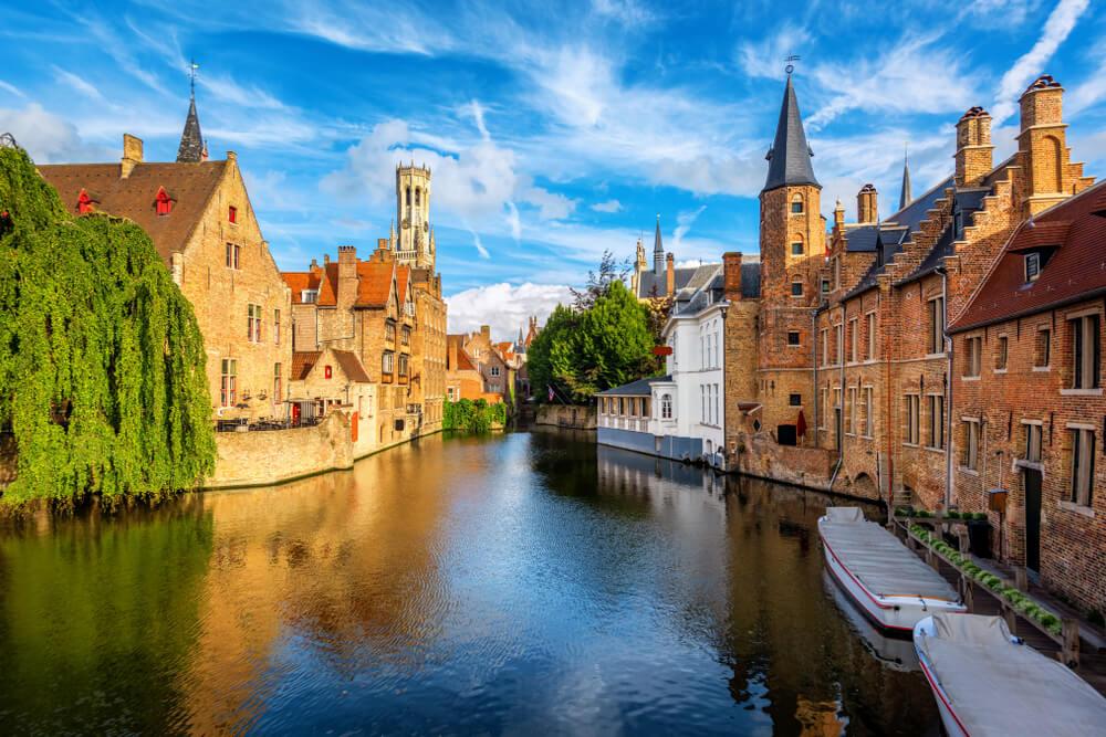 canal e edificios de bruges