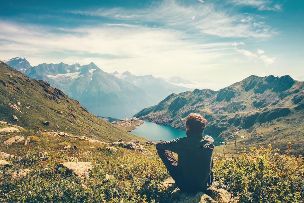 beneficios de viajar sozinho