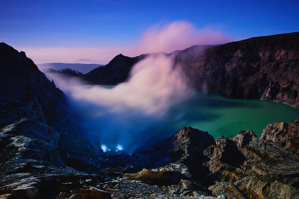 cratera do vulcao ijen em java indonesia
