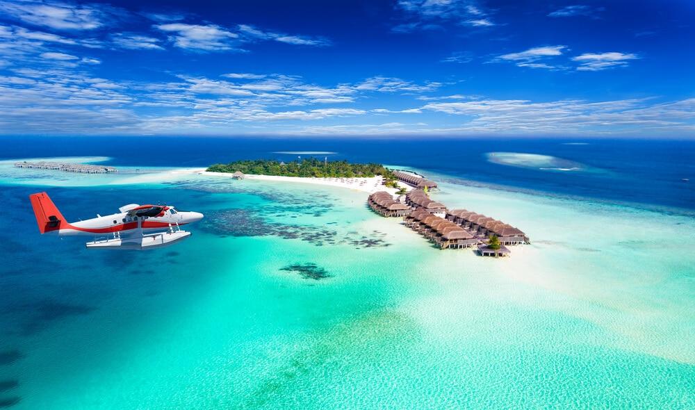 avioneta a sobrevoar ilha nas maldivas