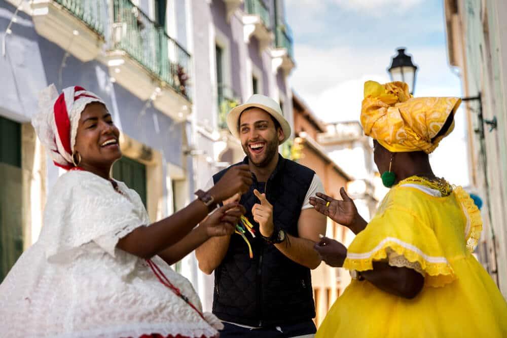 turista com baianas no brasil