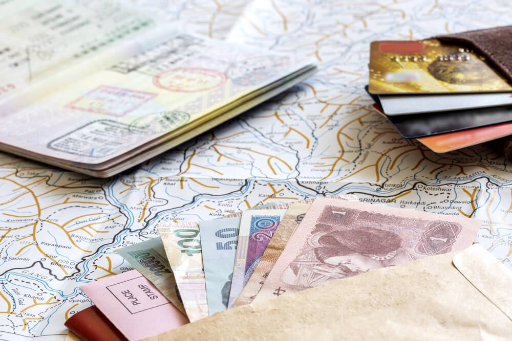 mapa, passaporte e varias notas