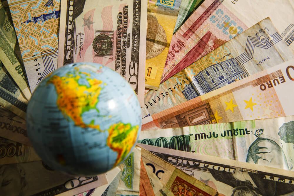 notas de varios paises e globo terrestre