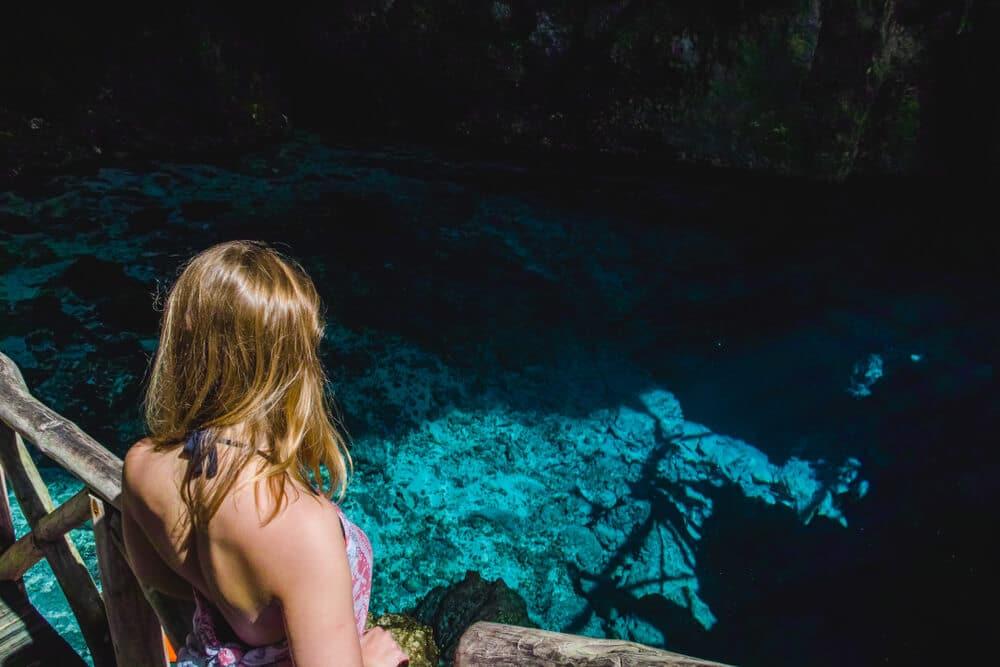 mulher de costas no hoyo azul