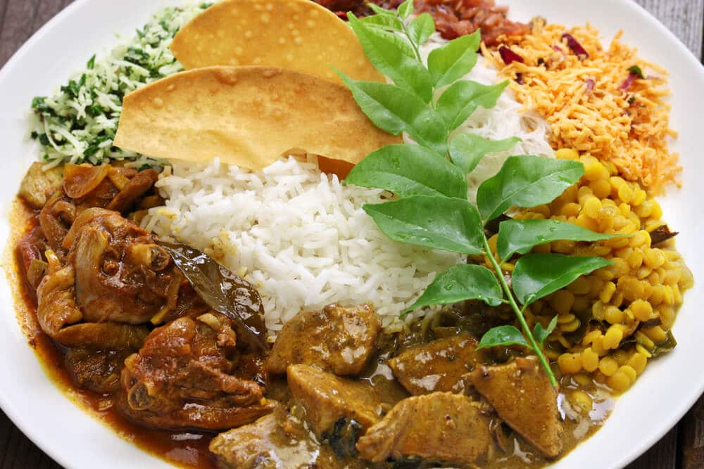 prato de caril de galinha com arroz