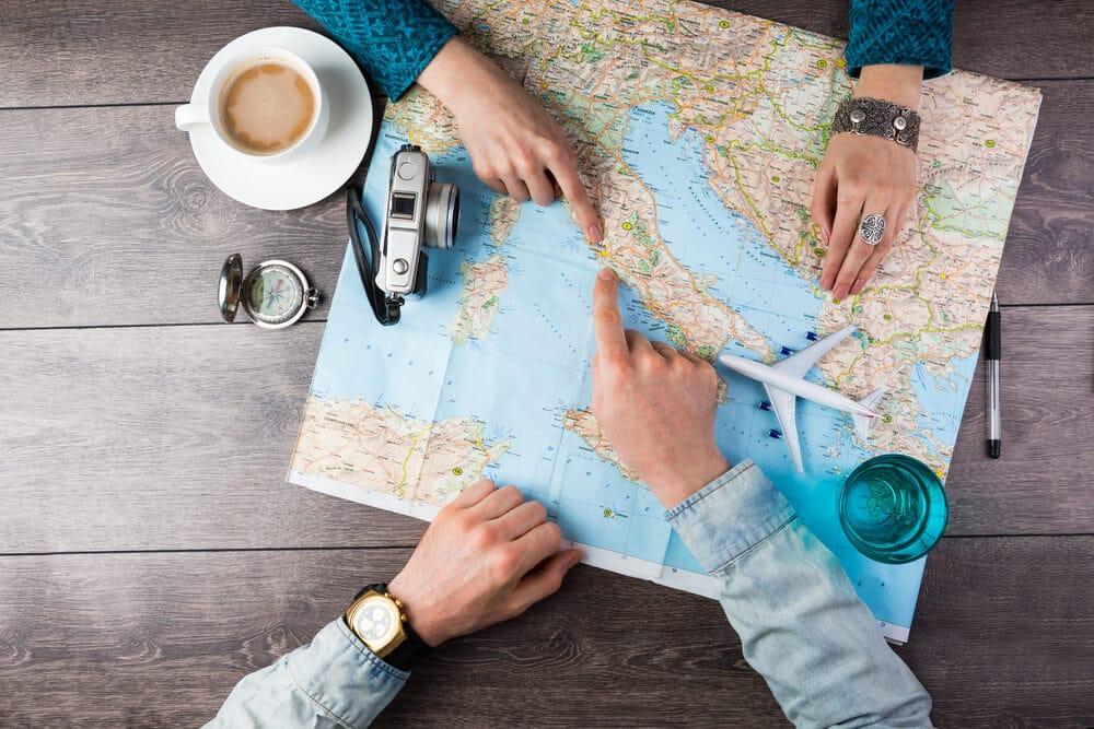 mãos à volta de um mapa