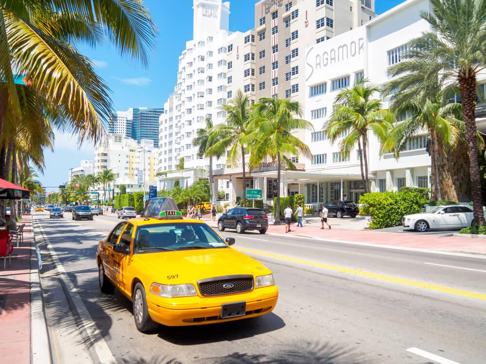taxi amarelo estacionado em miami beach
