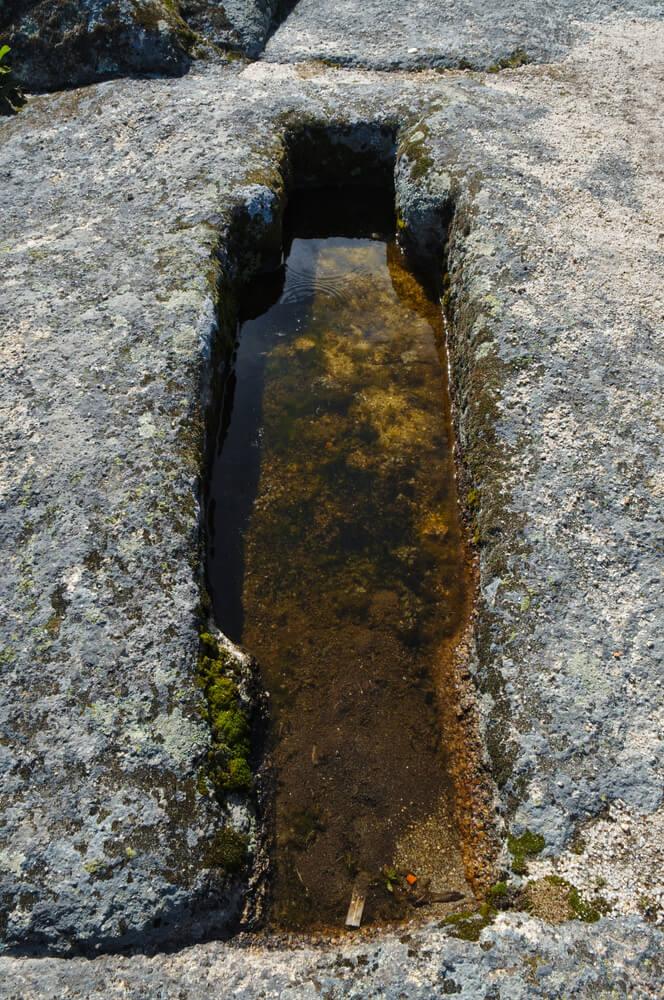 sepulturas esculpidas na pedra