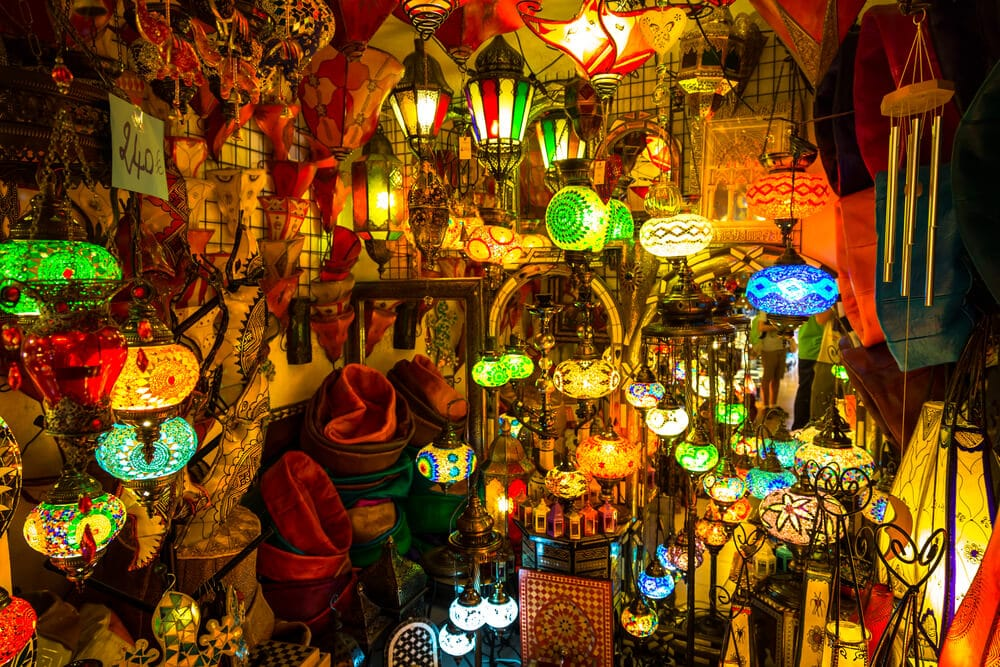candeeiros coloridos no souk