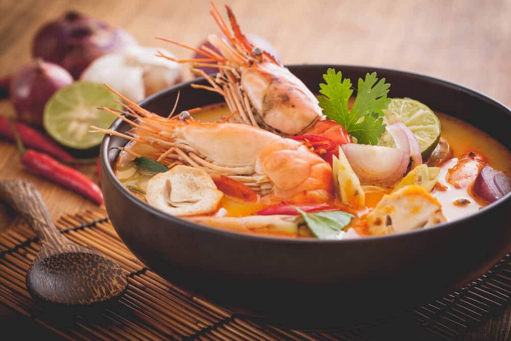 sopa picante de camarão tailandesa