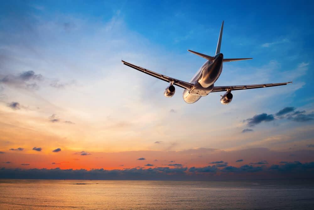 avião ao pôr-do-sol