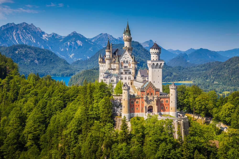 vista panoramica do castelo e bosque de neuschwanstein