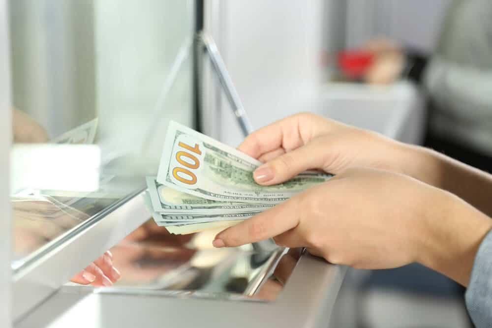 pessoa a cambiar dinheiro no banco