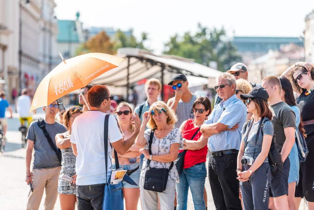 grupo de pessoas num free walking tour