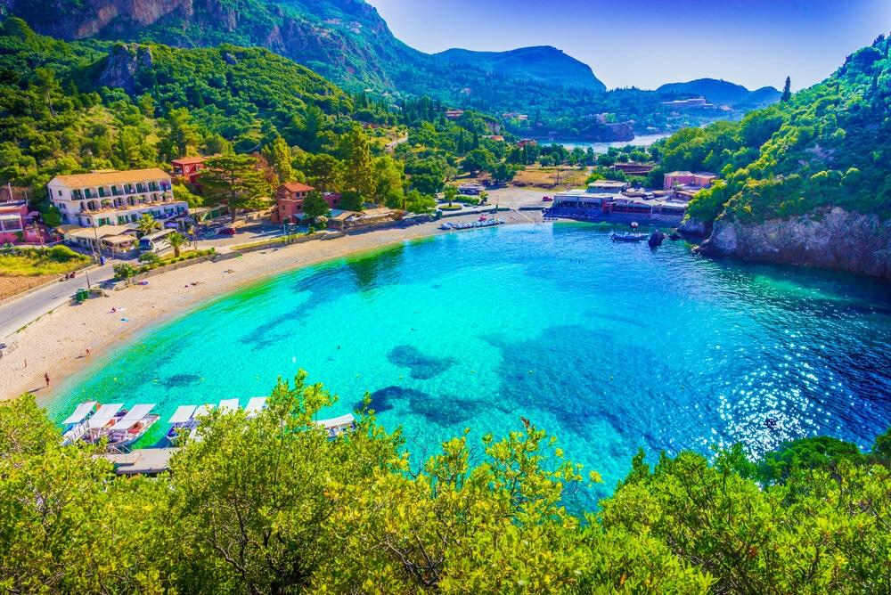 agua azul turquesa numa praia de corfu
