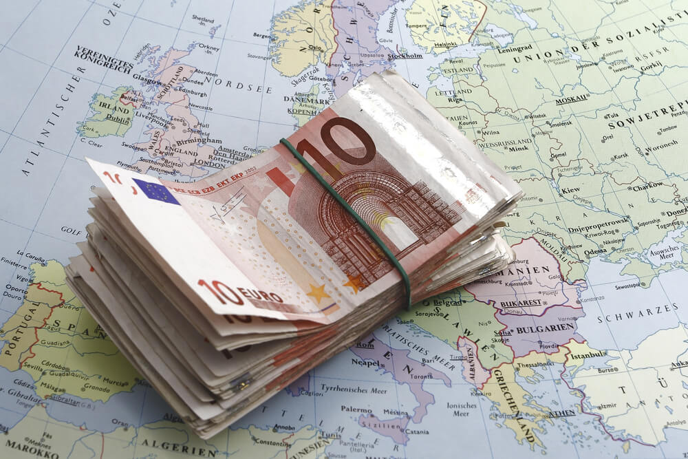 maço de notas de 10 euros sobre mapa