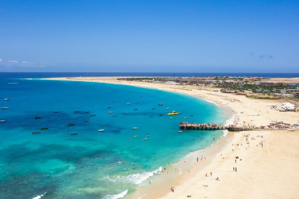imagem aerea da praia de santa maria na ilha do sal