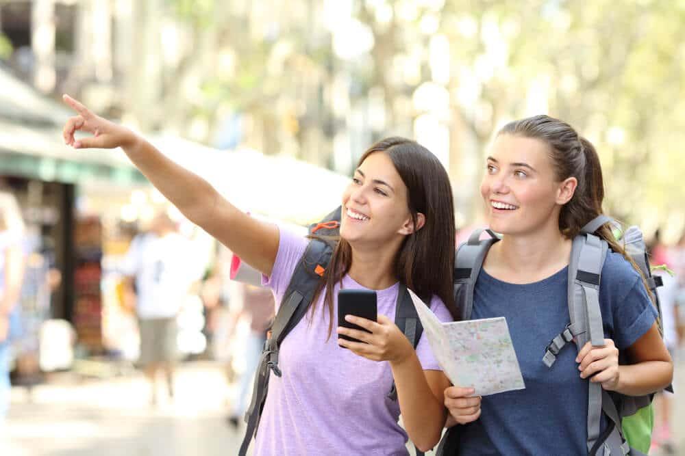 jovens com mapa a visitar cidade