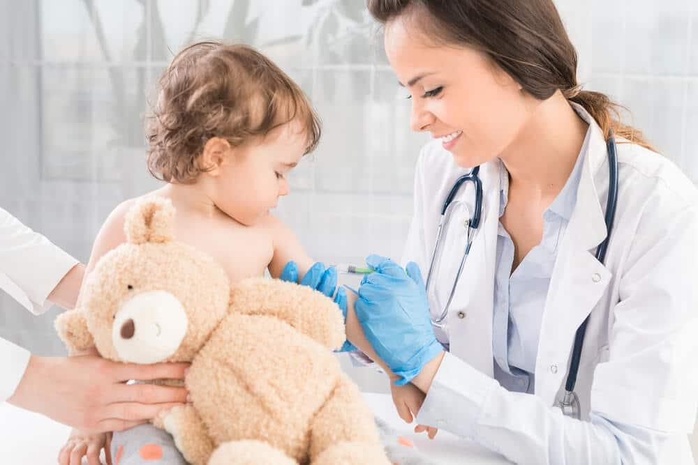 medica a vacinas criança com urso de peluche