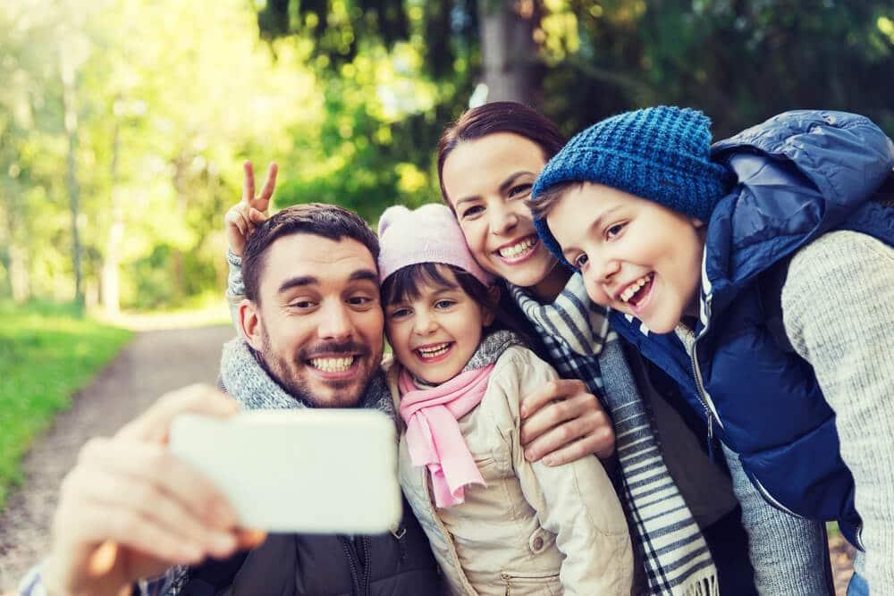 familia de ferias a tirar uma selfie