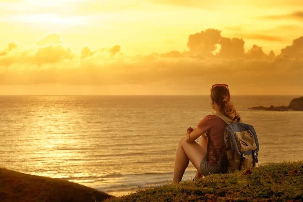 mulher a olhar para o mar e o horizonte