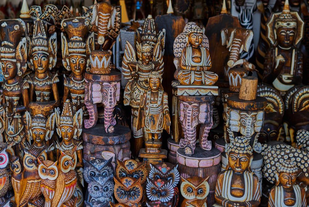 artesanato tipico exposto numa loja de mercado
