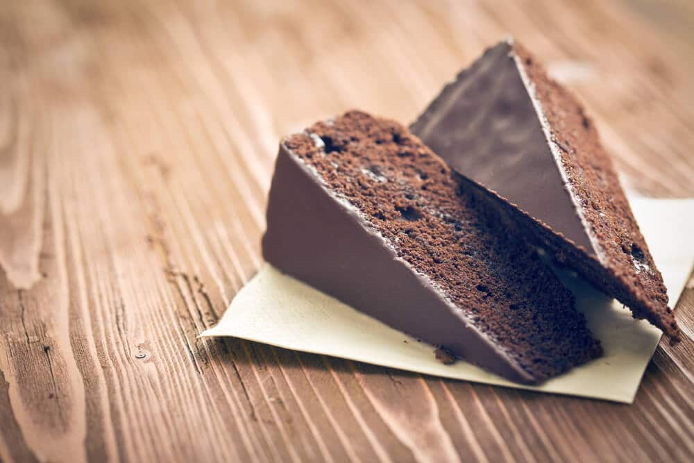 duas fatias de bolo de chocolate tipico de viena