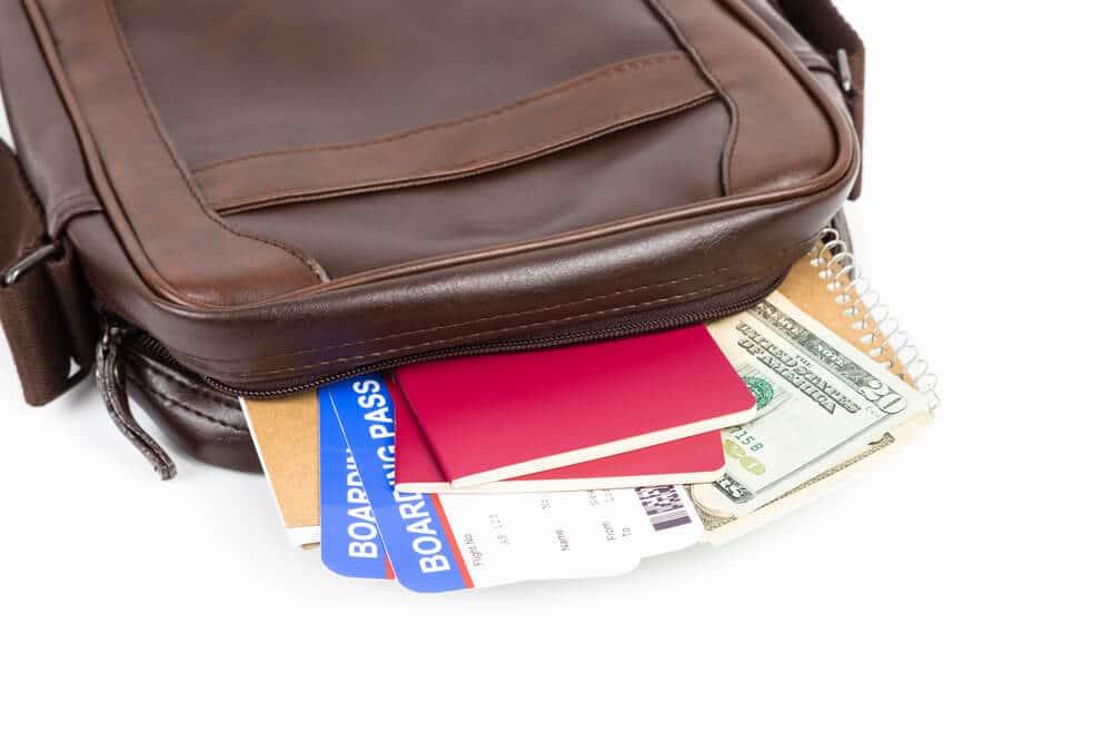 bolsa castanha com documentos e cartoes de credito