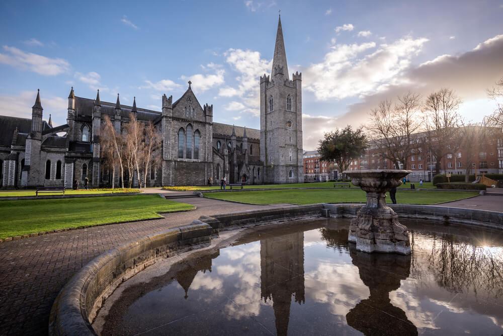 vista da catedral e dos seus jardins