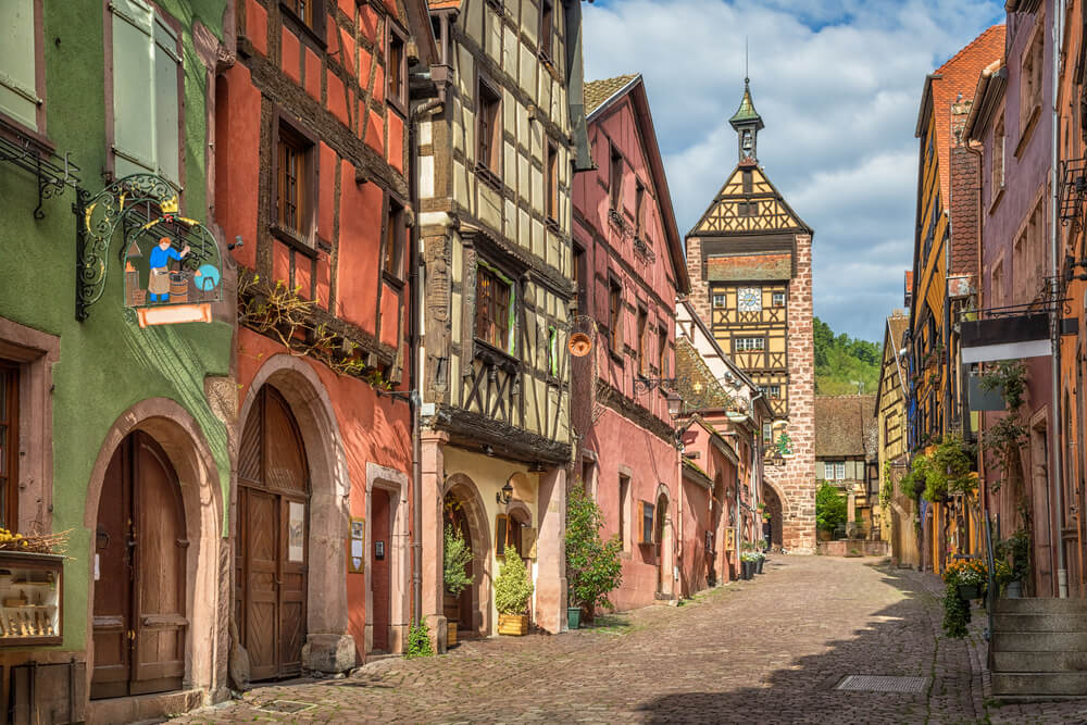 ruas e torre do relogio de riquewihr