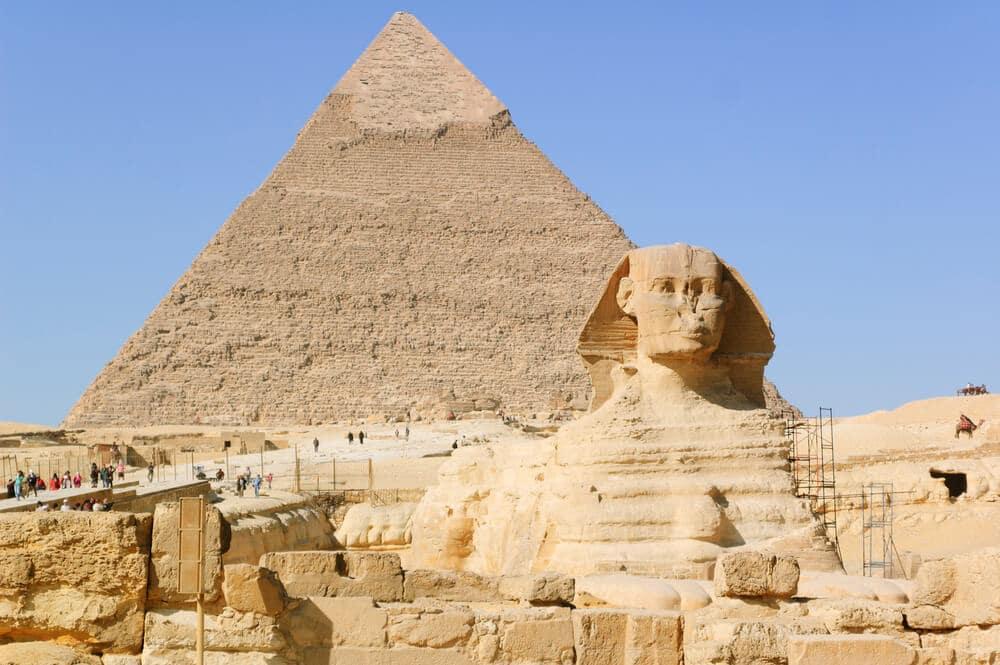 panoramica da esfinge e piramide de Keops no egipto