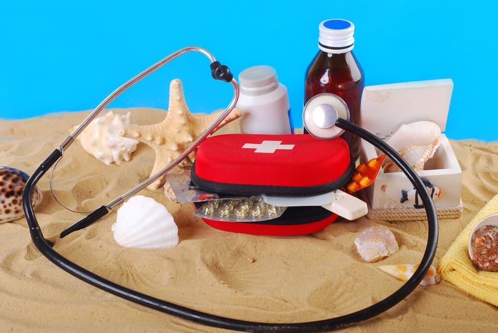 kit de cuidado de saude com fundo de areia
