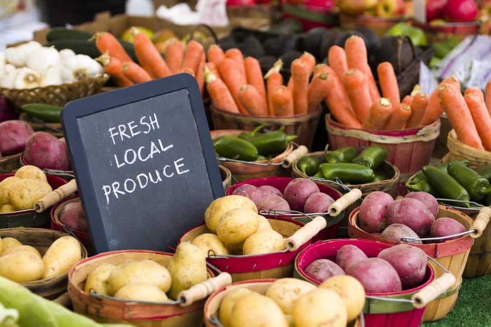 bancada de frutas e legumes