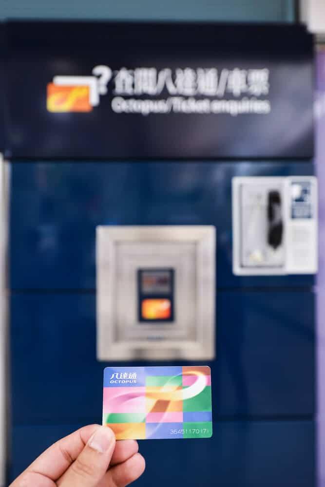 mão a segurar um octupus card para usar nos transportes de hong kong