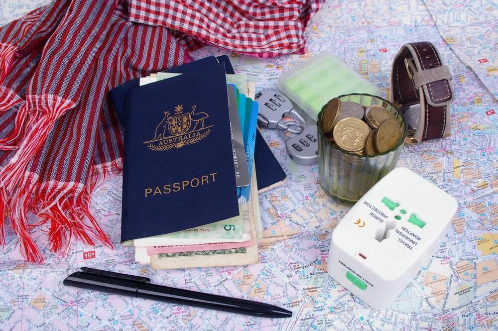 passaporte, documentos e adaptardor de corrente internacional