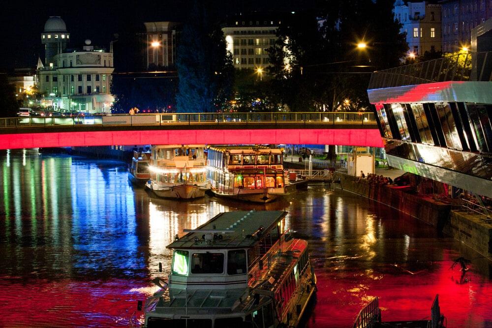 barcos no rio danubio à noite