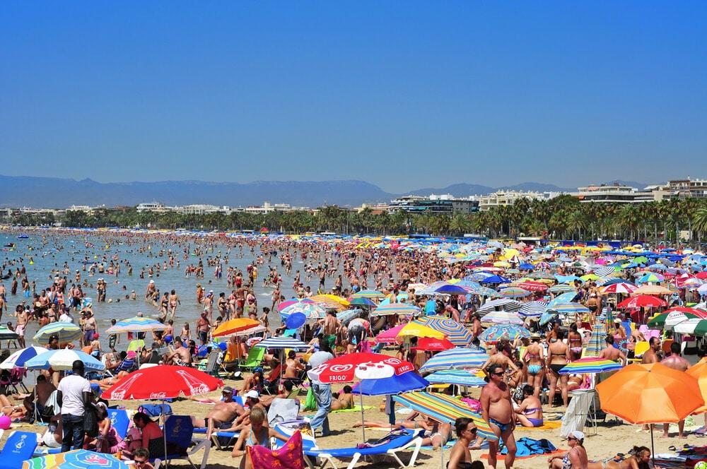 vista aerea da praia de salou sobrelotada
