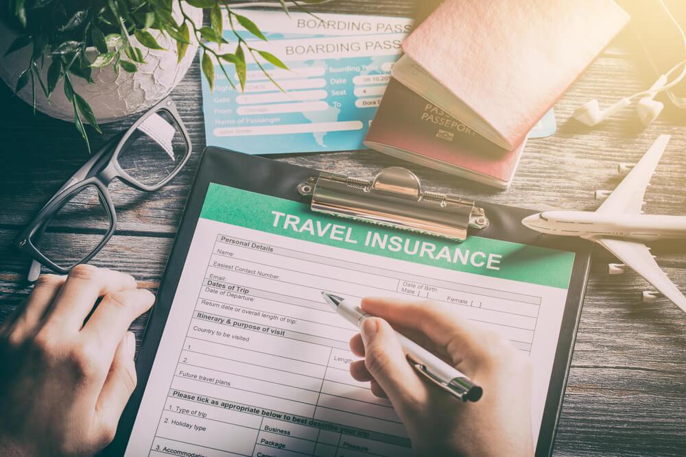 viajante a preencher seguro de viagem