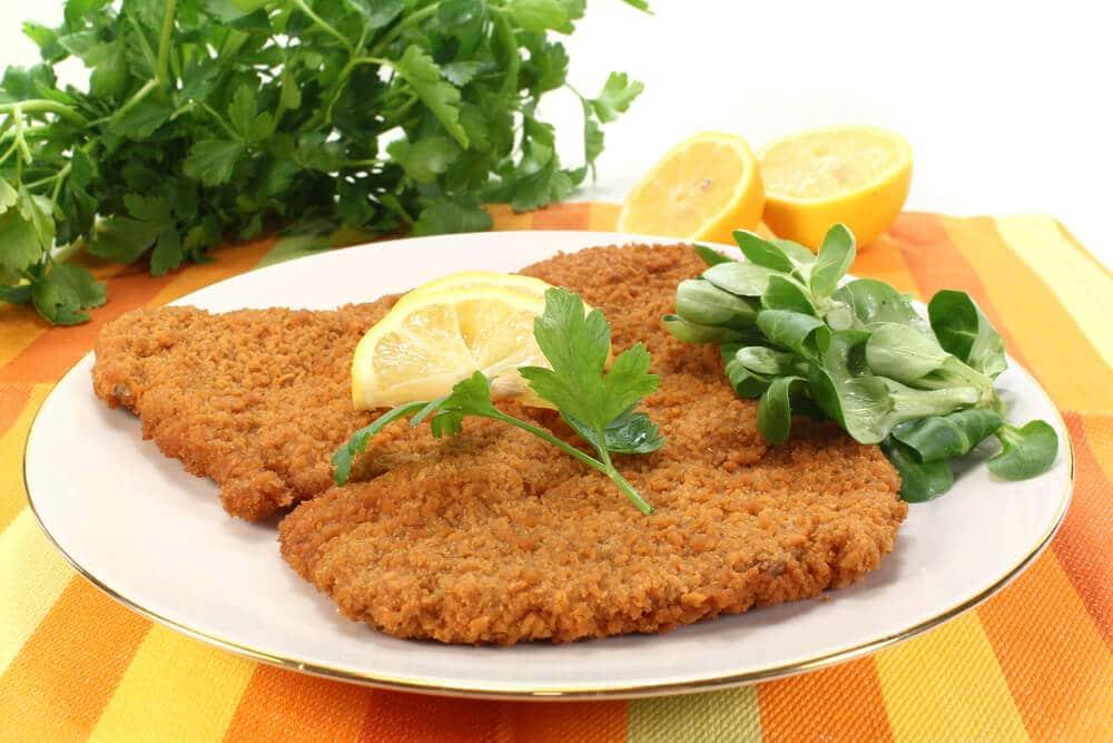 prato tipico de schnitzel com limao e salsa
