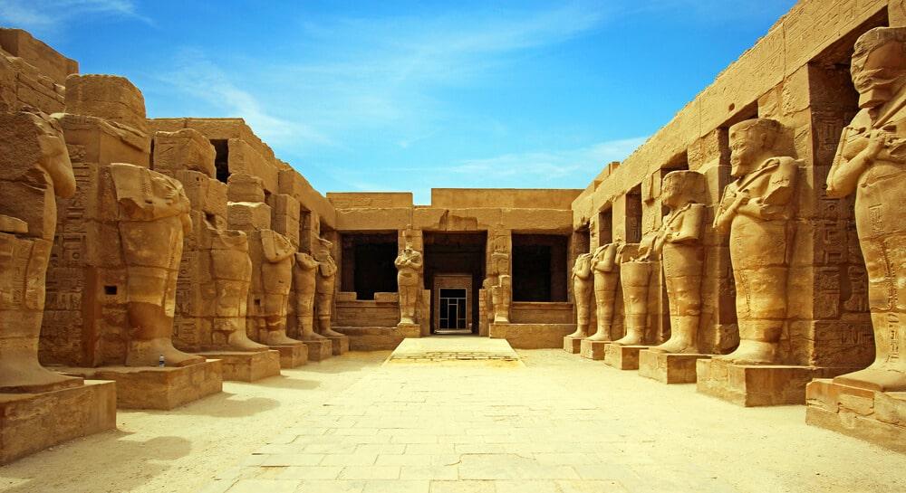 estatuas no templo de karnak