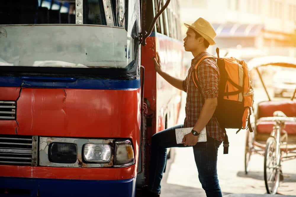 rapaz prestes a apanhar o autocarro