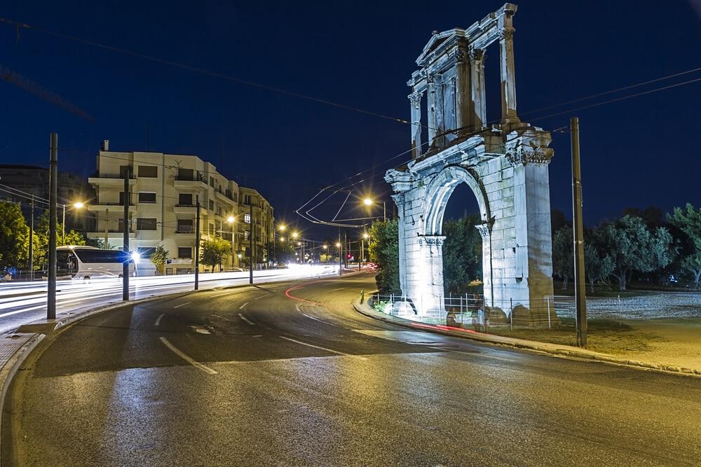 arco de adriano ao lado da estrada