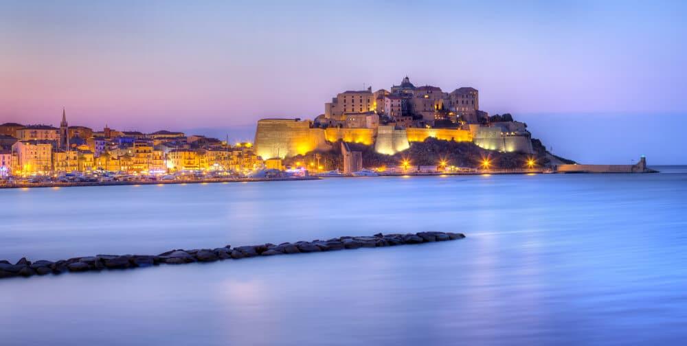cidade de calvi vista desde o mar