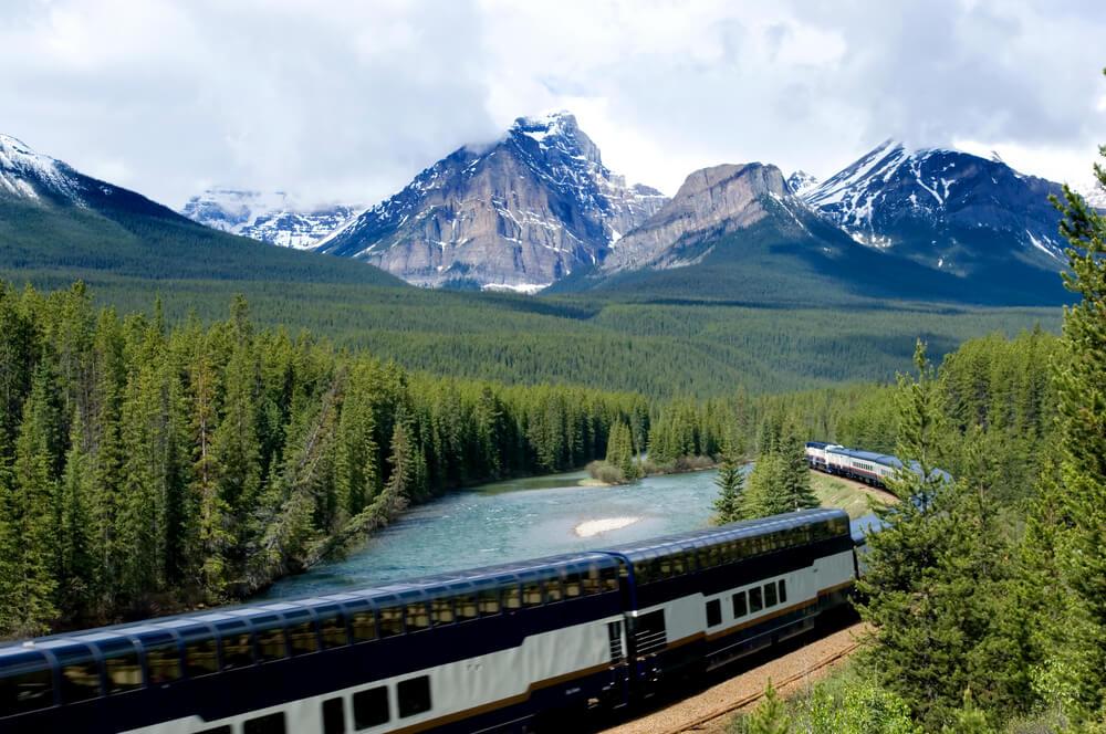 panoramica d comboio rocky montaneer e de montanhas com neve