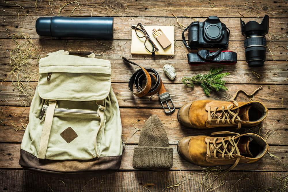 mochila e diferentes objetos a levar numa viagem