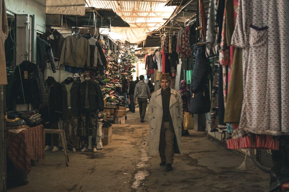 zona da roupa no mercado de rissani